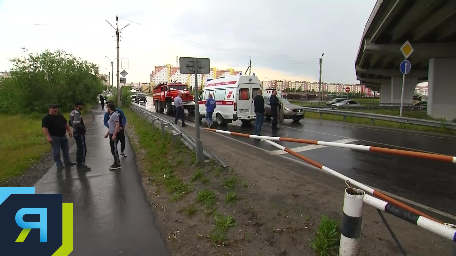 В Новом Уренгое мужчина выжил после падения с моста на грузовик