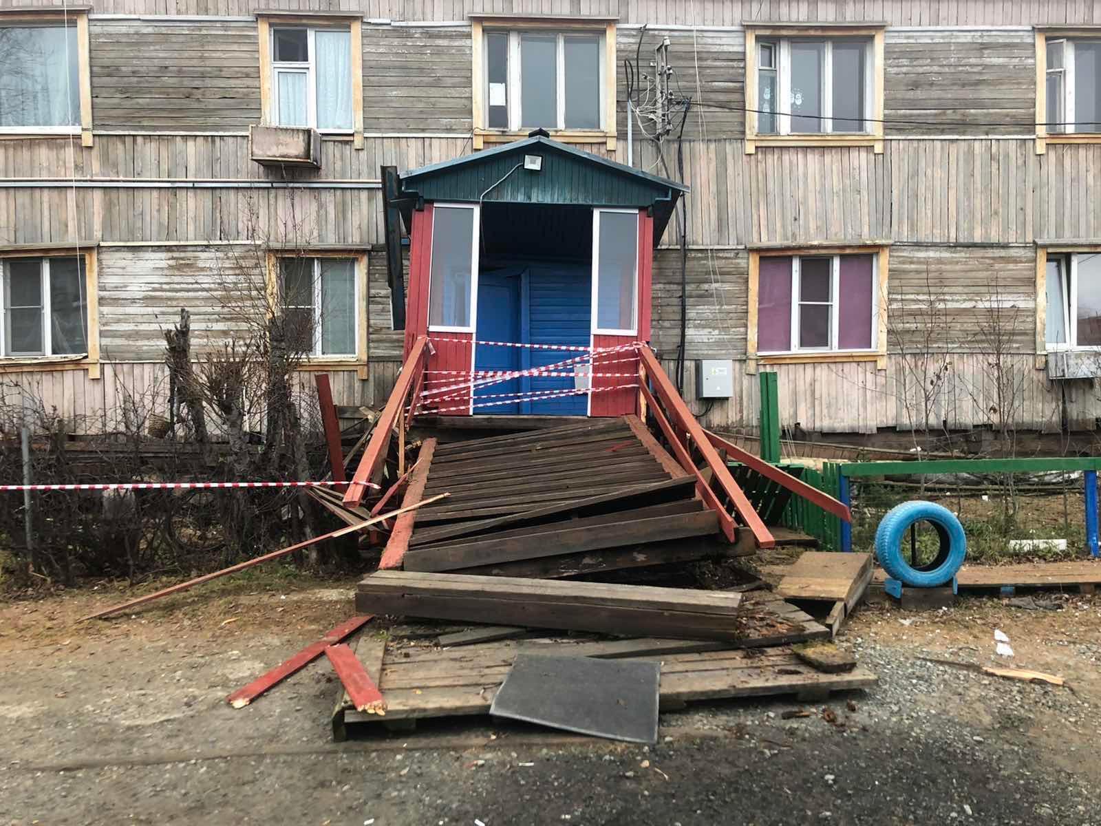 Брусовой двухэтажный дом в Салехарде сошел со свайного поля