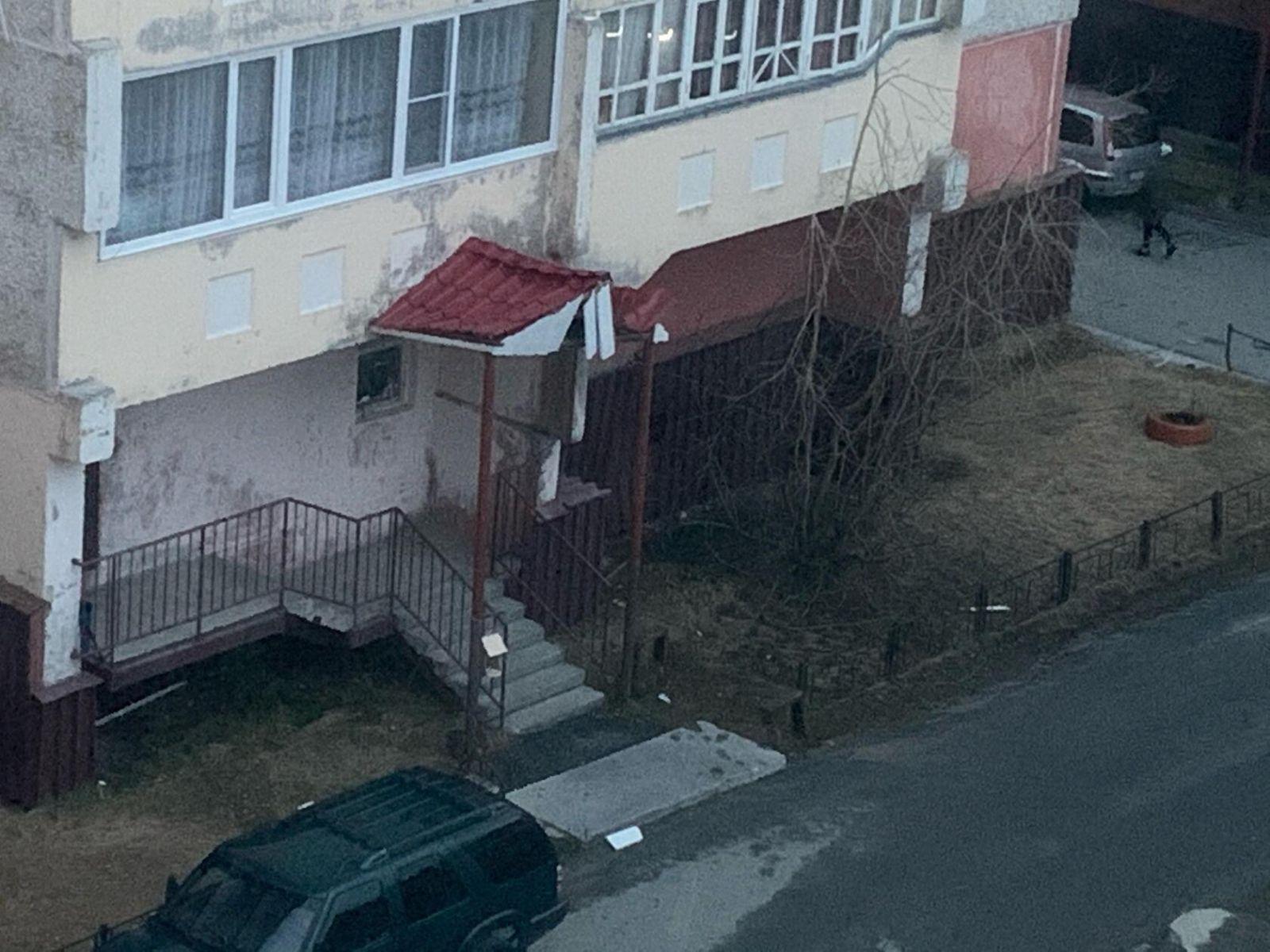 В Салехарде мужчина выпал из окна