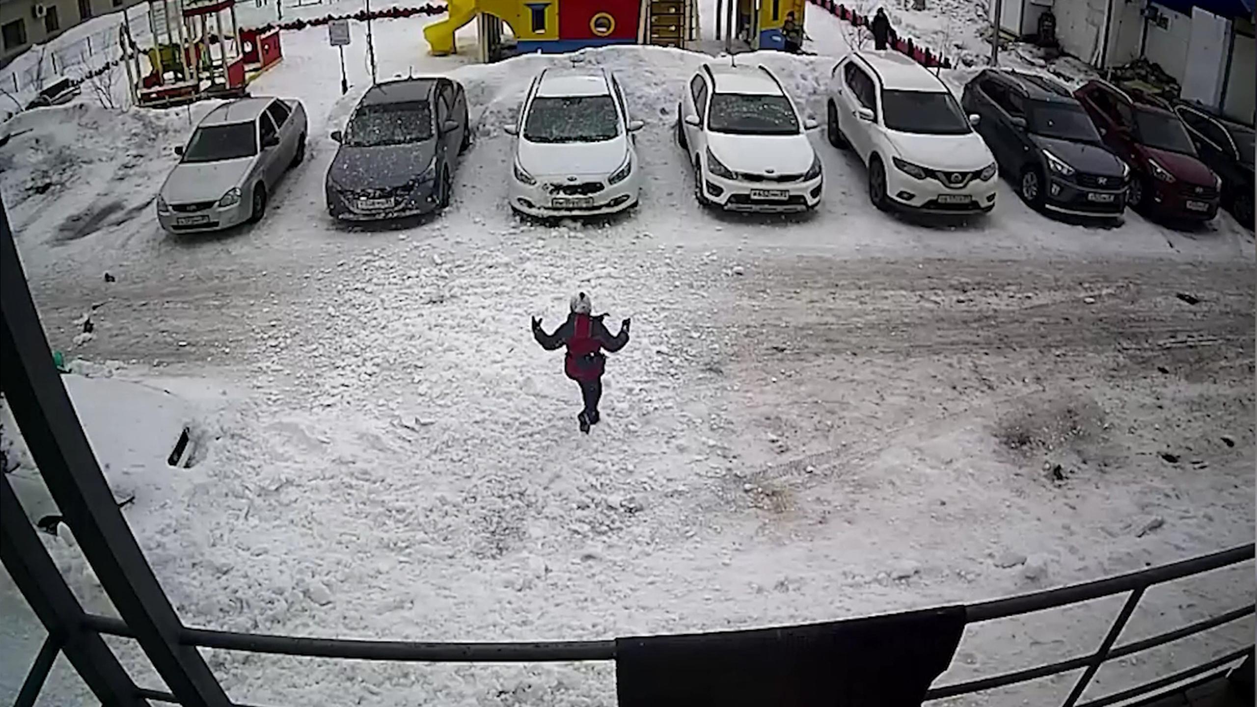 В Губкинском работницу управляющей компании оштрафовали за падение снега на ребенка
