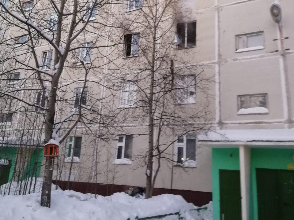 В Ноябрьске горит двухкомнатная квартира